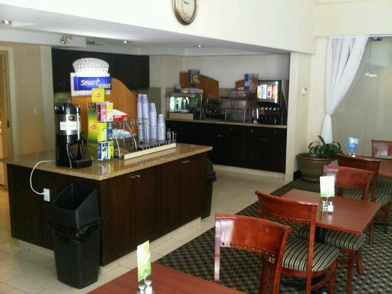 Holiday Inn Express & Suites Surrey: Cafe bar