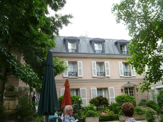 Hotel des Grandes Ecoles: View from courtyard to our 3rd floor rooms