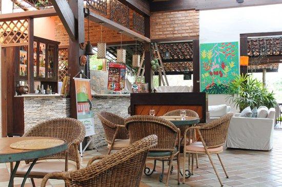 Restaurante Roda D'água: Vista interna do restaurante com o piano ao fundo.