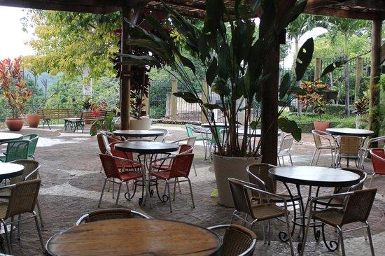 Restaurante Roda D'água: Mesas do lado externo do restaurante.
