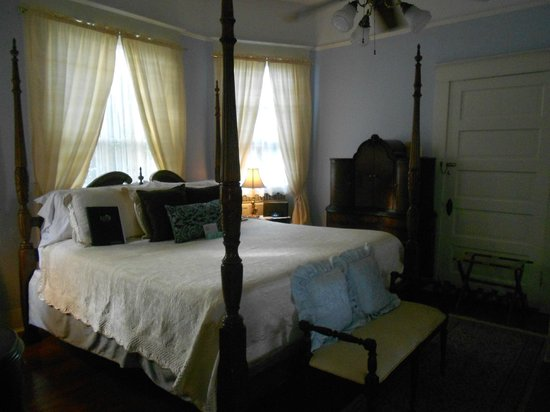 Eva's Escape at the Gardenia Inn : Another of the rooms