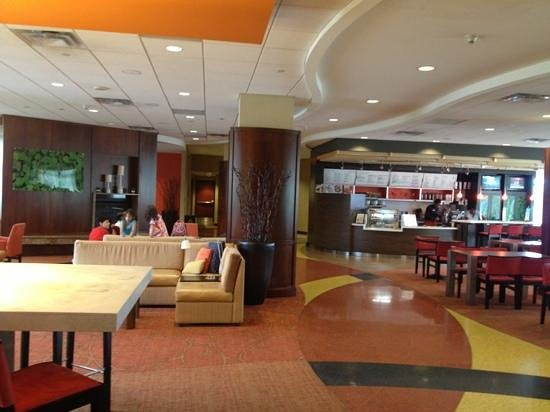 Hilton Garden Inn Silver Spring North : Lobby and Bistro