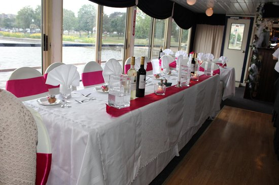 Scugog Island Cruises: The dining room beautifully decorated. Check out the view!