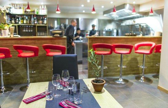 HANgoût Restaurant: coté bar, cuisine ouverte