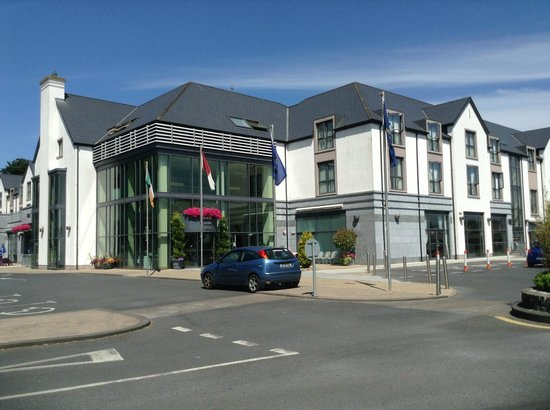Raheen Woods Hotel : Outside the hotel