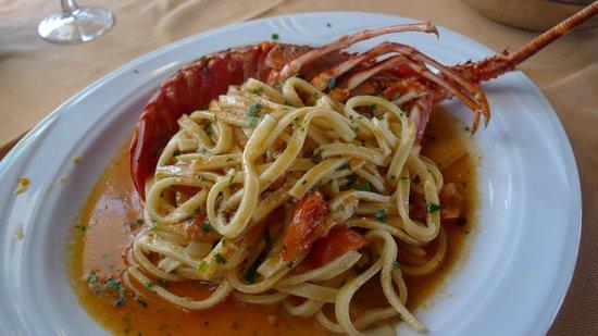 Miramare da Michele: Tagliolini con una gigantesca mezza aragosta nel mezzo (l'altra metà sta nel piatto della mia me