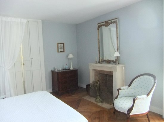 BELLEROCHE : Bedroom 1 with double bed