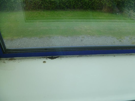 Holiday Inn Express Cardiff Airport: Mouldy windows