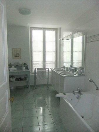 Belleroche: Large bathroom with both shower and tub