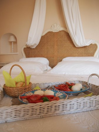 Villa Mary Suites: Caprese in bed!