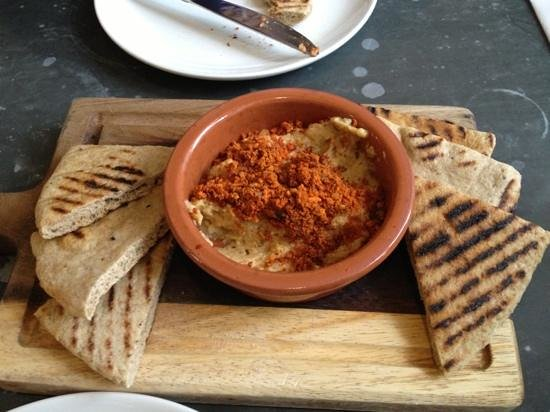 Riverhill Deli & Cafe: Hummous starter. Delicious nutty covering.