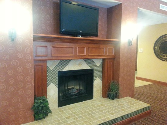 Homewood Suites West Palm Beach: Fireplace in Lobby & Dining Area