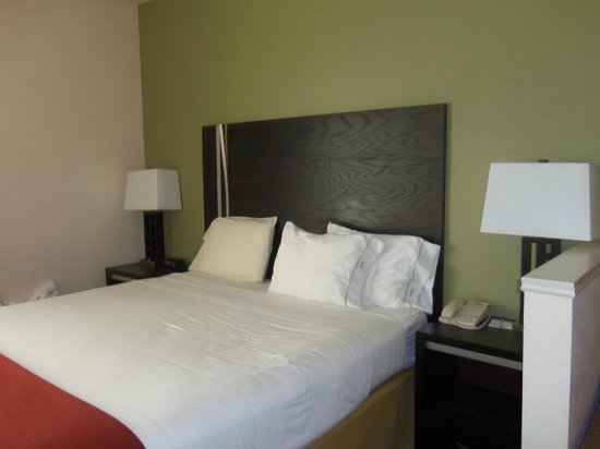 Holiday Inn Express Berkeley: Comfortable bed