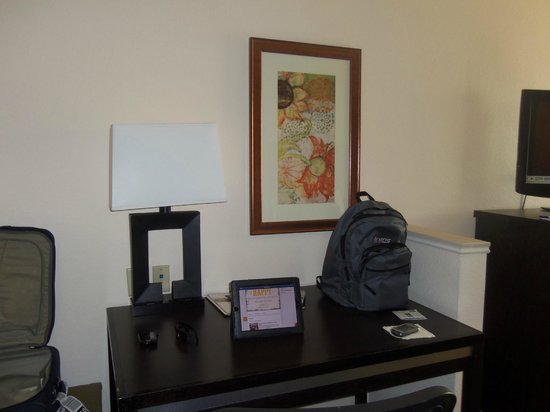 Holiday Inn Express Berkeley: Desk and chair - tasteful decoration