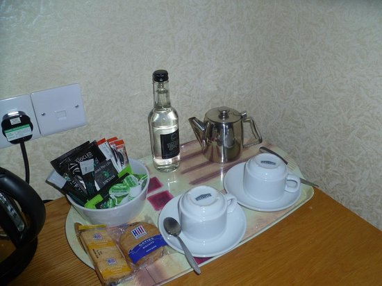 Richmond Hotel: Well stocked tea tray
