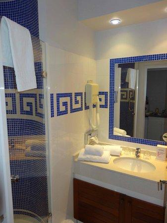 Appart'City Confort Cannes Le Cannet : Salle de Bains Chambre Supérieure Vue Piscine 08/2013