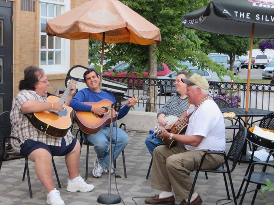 Whitey's Cafe: Local quartet at the outdoor patio