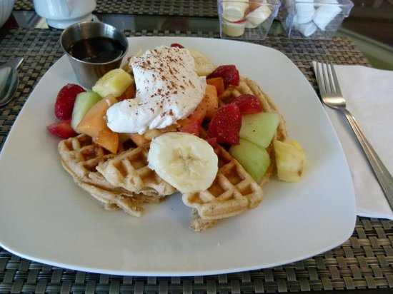The Bread and Cheese Country Inn: Scrumptous Fruit Topped Waffles