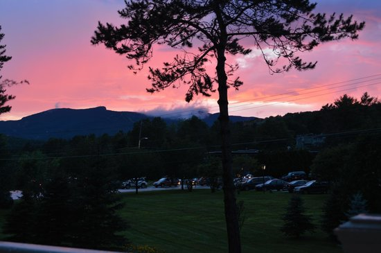 The Arbor Inn: Beautiful sunset and view of Mt Mansfield from room