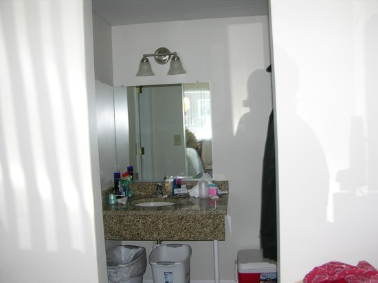 Seaside Colony Motel: vanity room