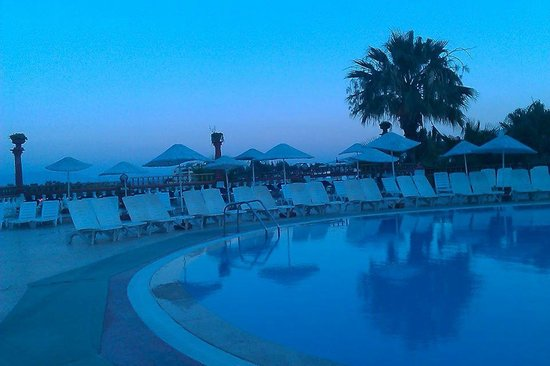 Palm Garden Hotel: Pool side at night