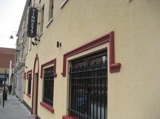 Tinney's bar: Outside