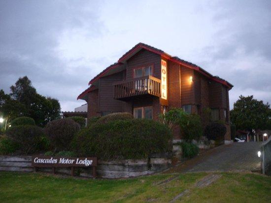 Comfort Inn Cascades: vue de l'hôtel à partir du bord du lac....couchers de soleil recommandés ! ;-)