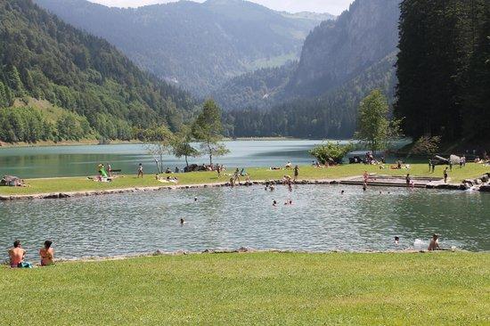 Simply Morzine - Chalet des Montagnes: lake swim