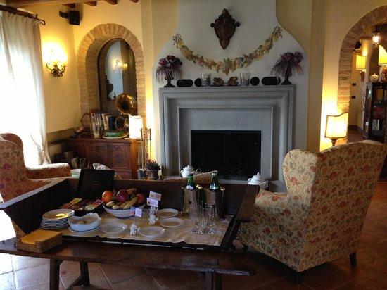 La Palazzetta del Vescovo: Sample view of dining room set for breakfast.