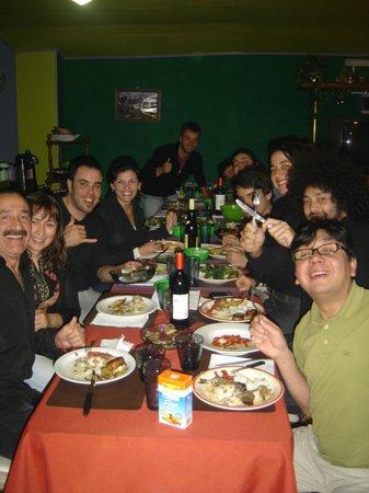 El Quijote Hospedaje: Cena organizada con todos los chicos del hostel, Cesar y Silvia (los dueños) y Juan (incondicion