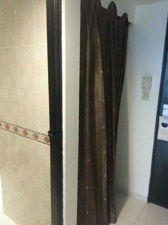 Hotel Napolitano: No alcanzaba para una puerta?