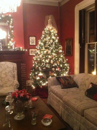 McLean House Bed and Breakfast: Family room was well-decorated as well
