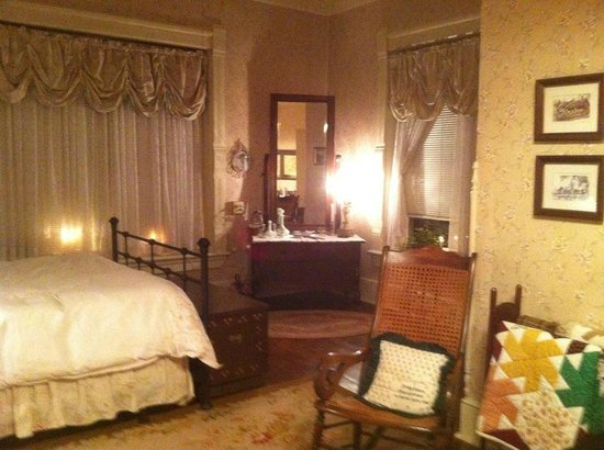 McLean House Bed and Breakfast : Such a warm, welcoming bedroom... very comfy too!