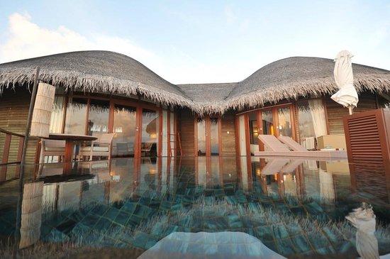 Constance Halaveli : Water villa : chambre dans la partie gauche, salle de bain dans la partie droite