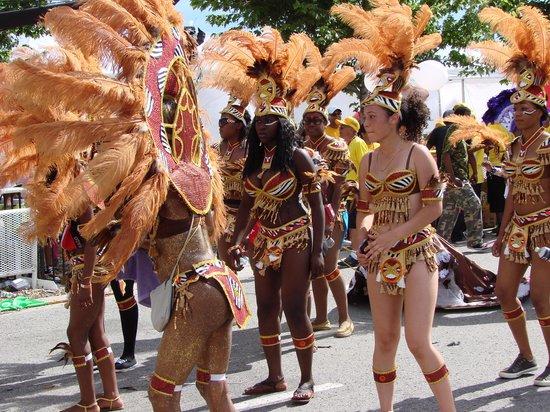 Hampton Inn & Suites Toronto Airport: Dancing on the street on Lake Front