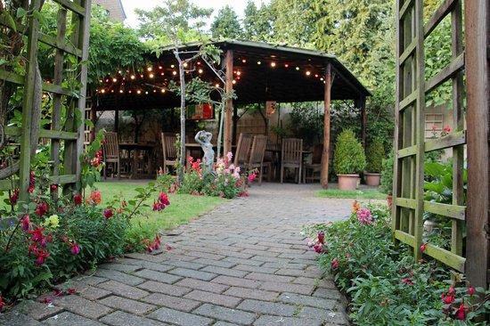La Lanterna: Sheltered dining in the Garden under the Pergola