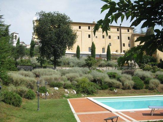 Country House Monastero Le Grazie: Tuin en zwembad