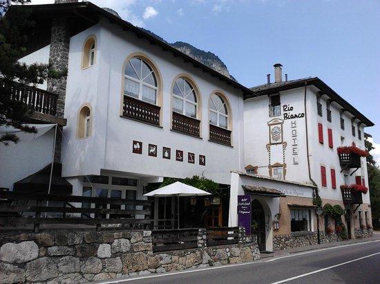 Hotel Rio Bianco: Vista dal parcheggio privato