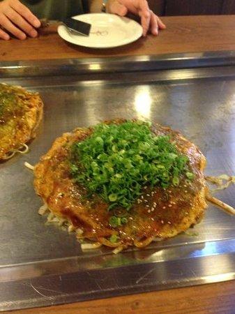 Okonomiyaki Nagata-ya: 麺はソバでは無くうどんにしました。