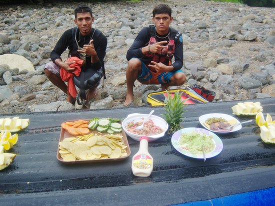 Dominical Surf Adventures : Our guides made fresh salsa & quacamole for our river side snack