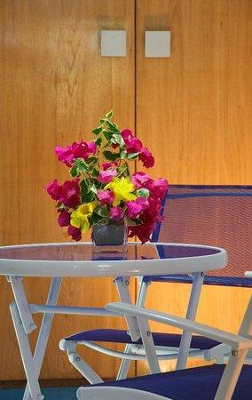 Canoa Kitesurf Posada : mesa de habitacion triple