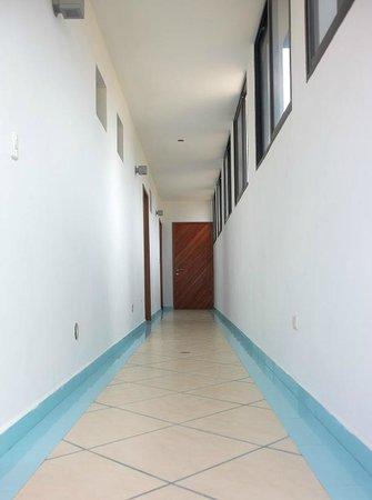 Canoa Kitesurf Posada : pasillo hacia las habitaciones dobles