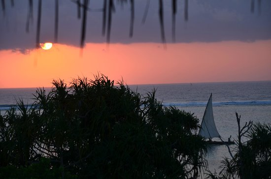 Matemwe Retreat - Asilia: Fishermen sailing at sunset
