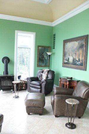 Cliffside B & B: Living Room with Satellite TV