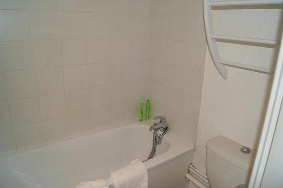 Hôtel Castellane : The bathroom 1