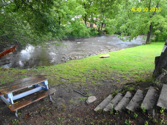 Bryson City, Βόρεια Καρολίνα: steps to creek, picnic table, yellow rock, ducks, lean tree