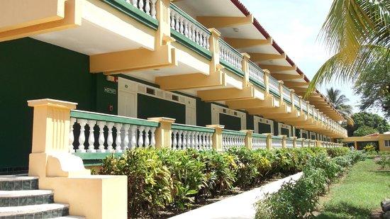 Club Amigo Marea del Portillo: Entry side of hotel rooms