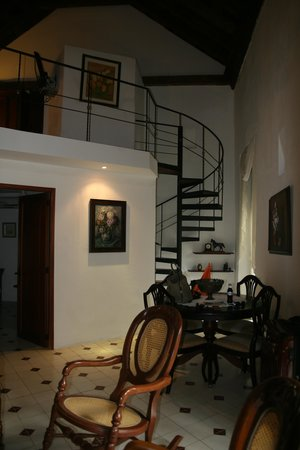 Alfiz Hotel : small metal stairway to 2nd level