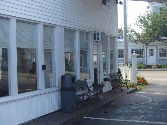 Americas Best Value Inn & Suites / Hyannis: Hotel Entry