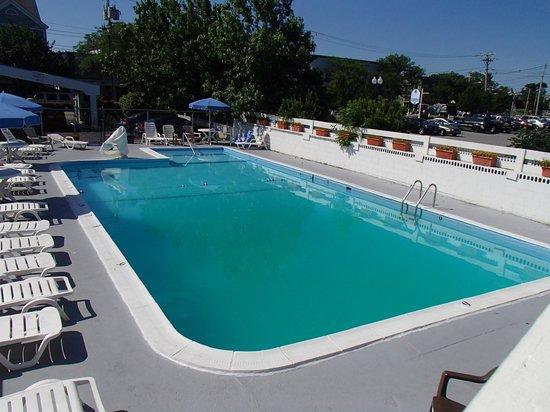Americas Best Value Inn & Suites / Hyannis: outdoor pool